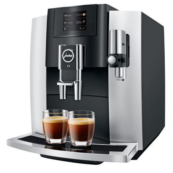 schwarz silberner Kaffeevollautomat Jura E8 mit 2 Gläsern Kaffee Crema