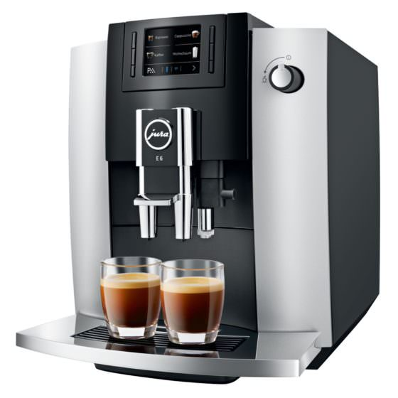 schwarz silberner Kaffeevollautomat Jura E6 mit 2 Gläsern Kaffee Crema