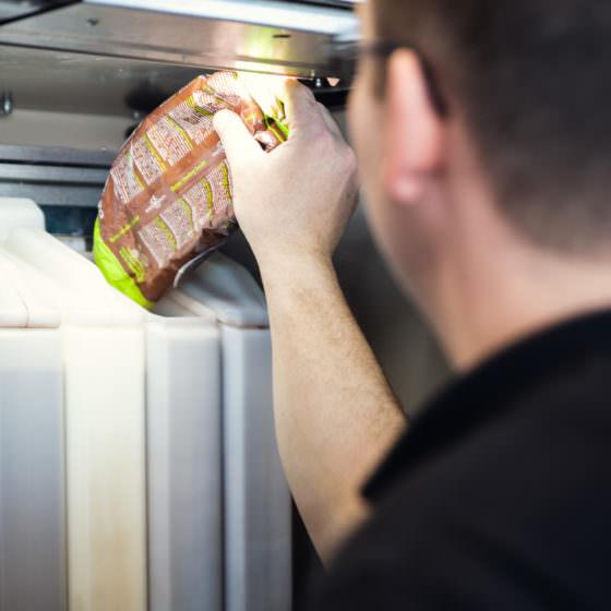 Vendinggerät für Heißgetränke wird durch Automatenauffüller mit Pulver befüllt