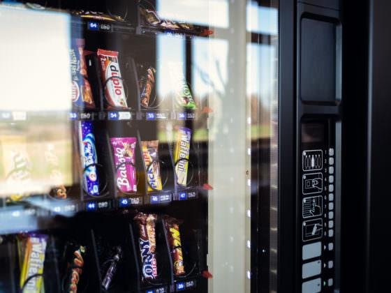 Nahaufnahme der Schokoriegelauswahl in einem Snackautomaten