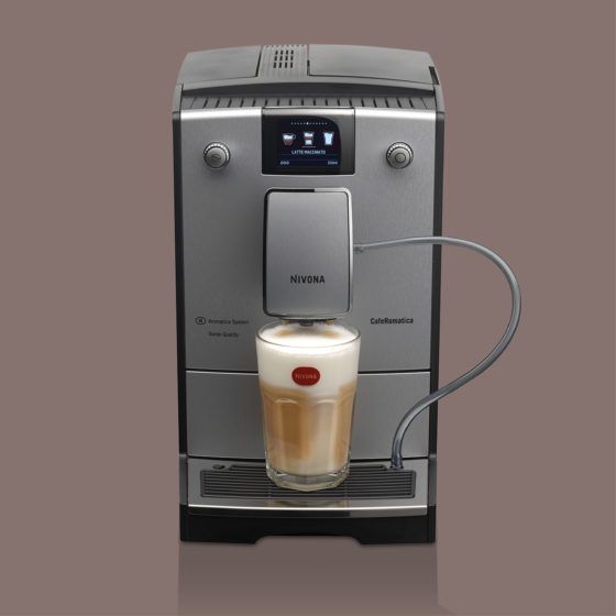 silberner Kaffeevollautomat Nivona 769 mit gefülltem Latte Macchiato im Glas