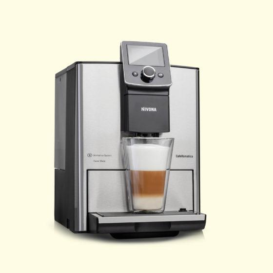 silberner Kaffeevollautomat Nivona 825 mit gefülltem Latte Macchiato im Glas