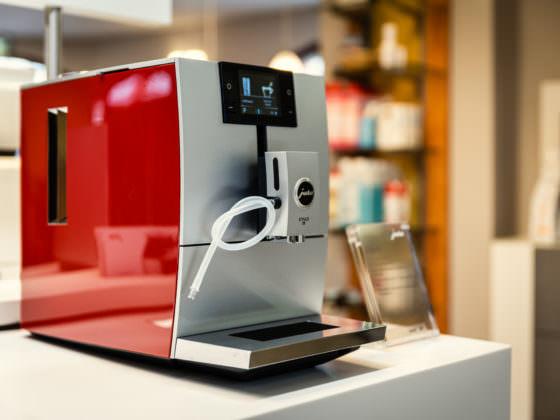 Zu sehen ist ein roter Kaffeevollautomat der Marke Jura